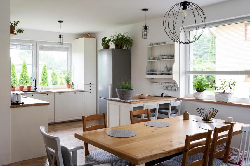 Klasyczna kuchnia narożna z oknami
