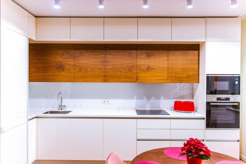 Projekt kuchni z szafkami w zabudowie pod sufit