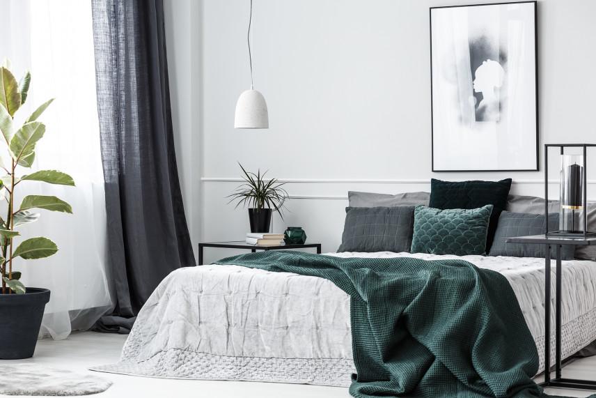 Mała sypialnia z szaro-zielonymi dodatkami