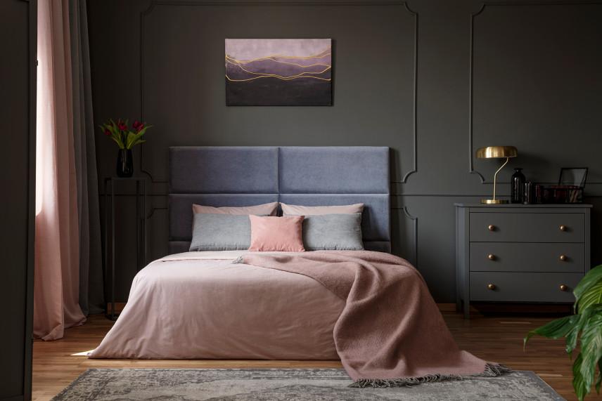Elegancka sypialnia w ciemnych szarościach i fioletach