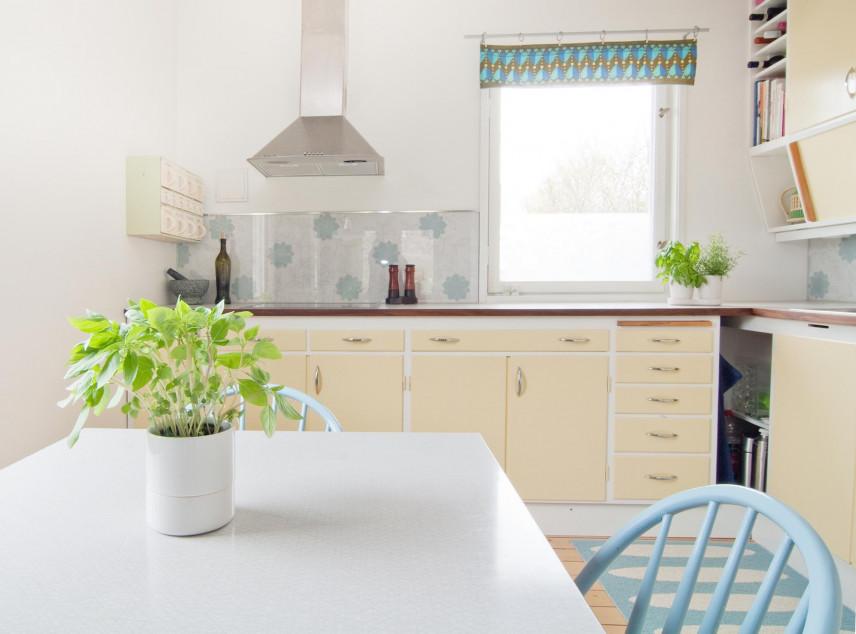 Projekt klasycznej kuchni z oknem