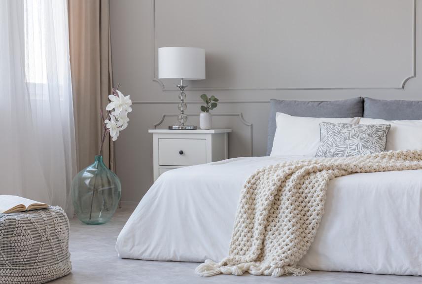 Mała sypialnia ze sztukaterią na ścianie