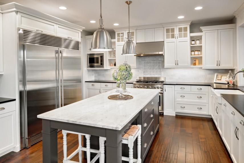 Aranżacja kuchni z pięknymi meblami w kolorze białym