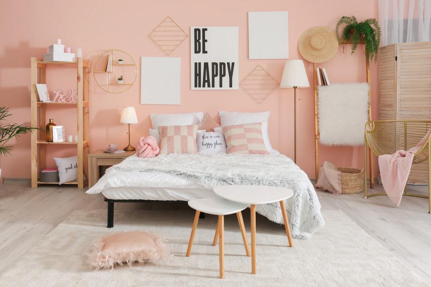 Małą sypialnia z różowo-beżową ścianą