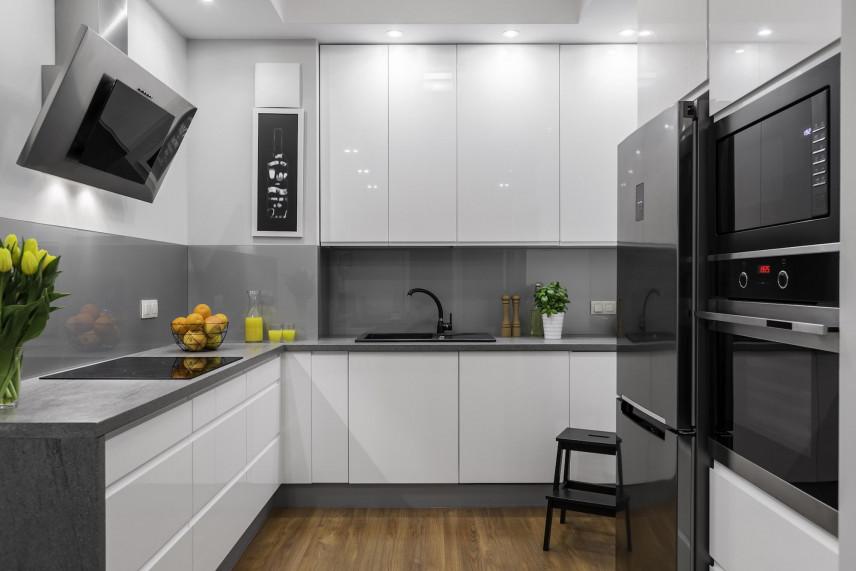 Projekt małej kuchni z białymi frontami