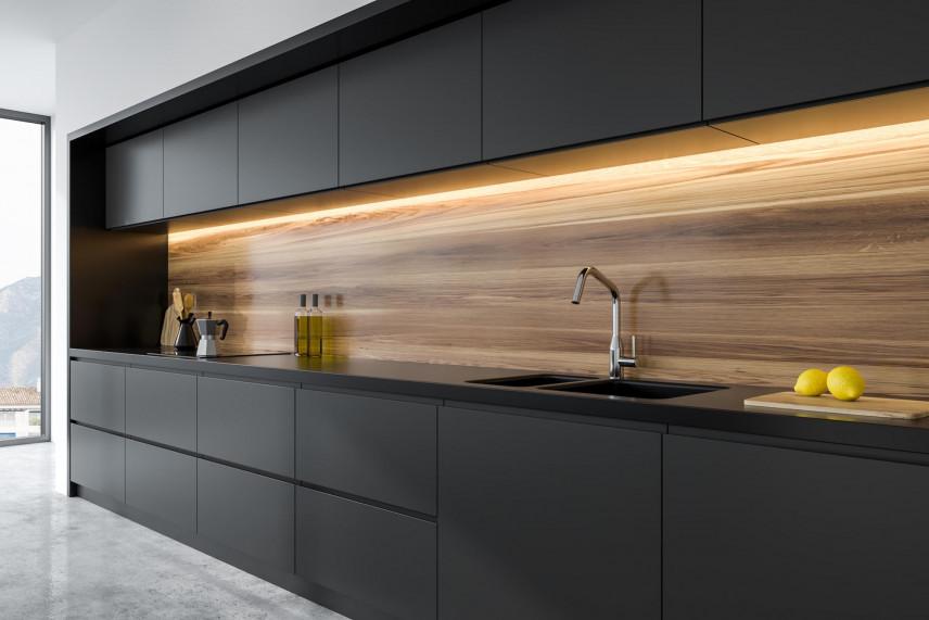 Aranżacja kuchni z imitacją drewna za szkłem nad blatem