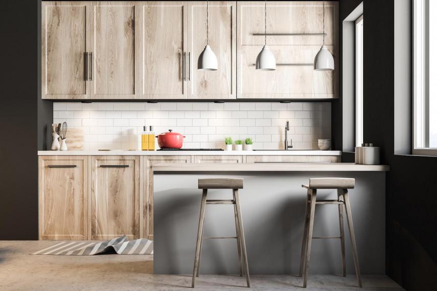 Aranżacja małej kuchni z drewnianymi meblami
