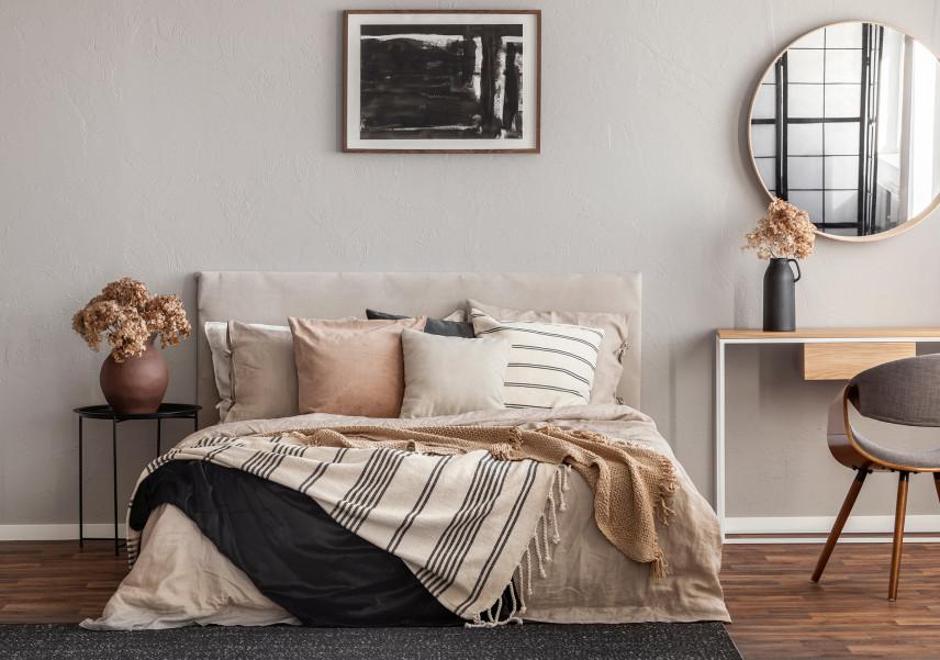 Mała sypialnia z tynkiem beton architektoniczny.