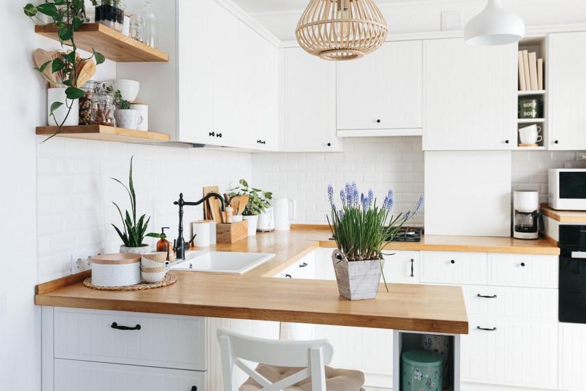 Kuchnia w stylu skandynawskim z ażurową lampą