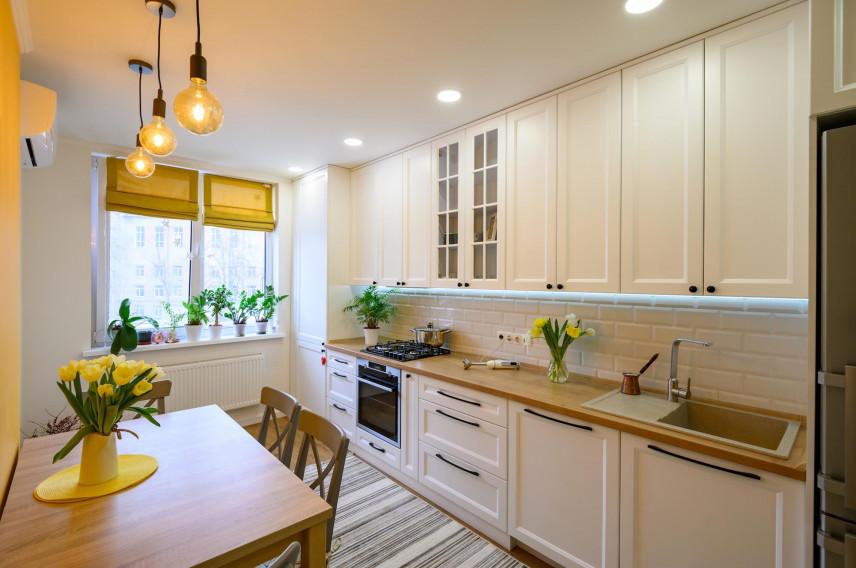Aranżacja kuchni z żółtą ścianą