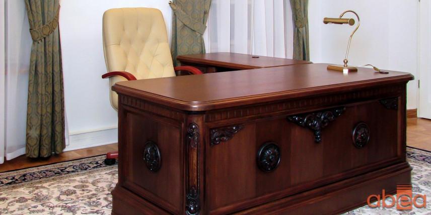 Aranżacja biura ze stylowym biurkiem
