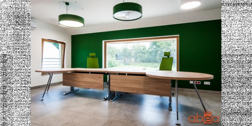 Aranżacja biura z zieloną ścianą