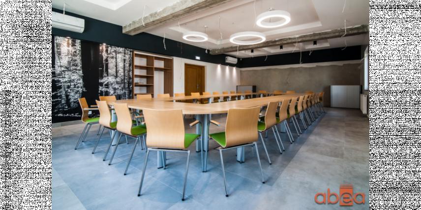 Aranżacja sali konferencyjnej z designerskimi krzesłami