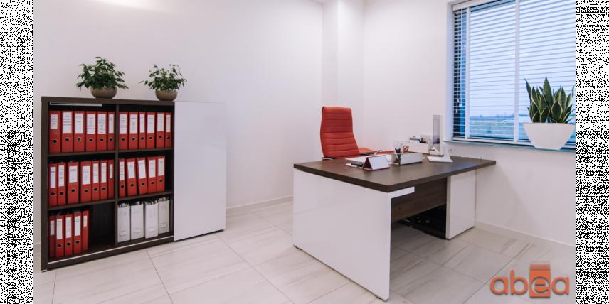 Aranżacja biura z czerwonym krzesłem