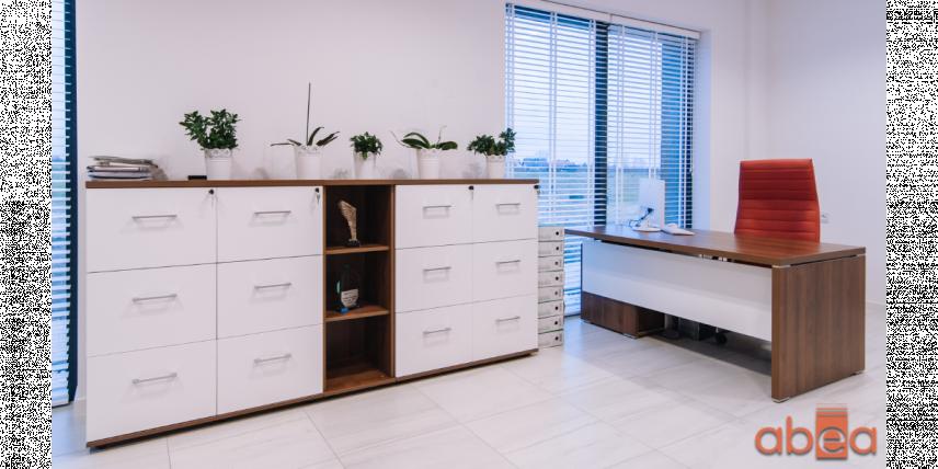 Aranżacja biura z biało-drewnianymi frontami