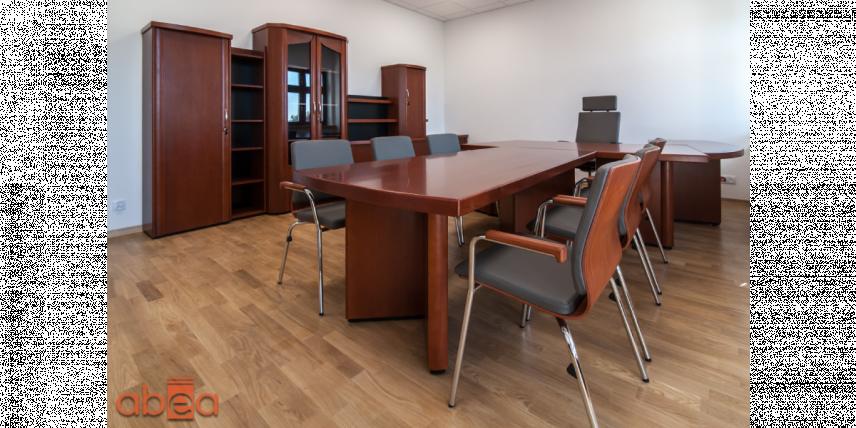 Aranżacja biura z brązowymi meblami