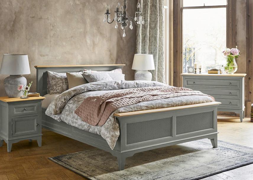 Sypialnia z betonowym tynkiem.