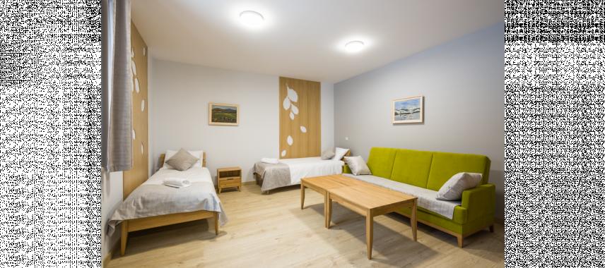 Pokój akademicki z drewnianymi dodatkami na ścianie
