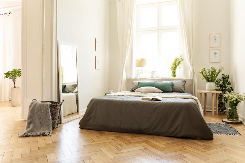 Jasna sypialnia z drewnianą podłogą