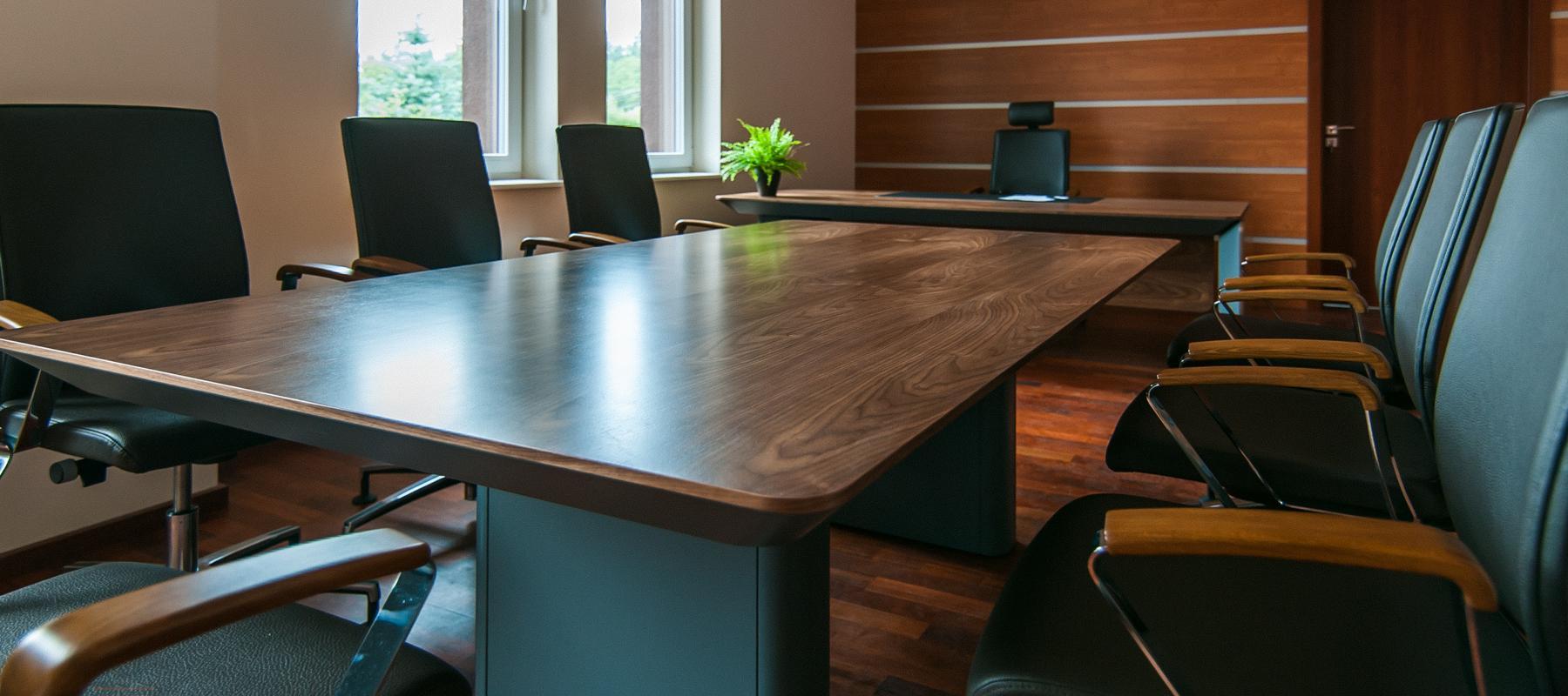 Aranżacja biura z drewnianą płytą na ścianie
