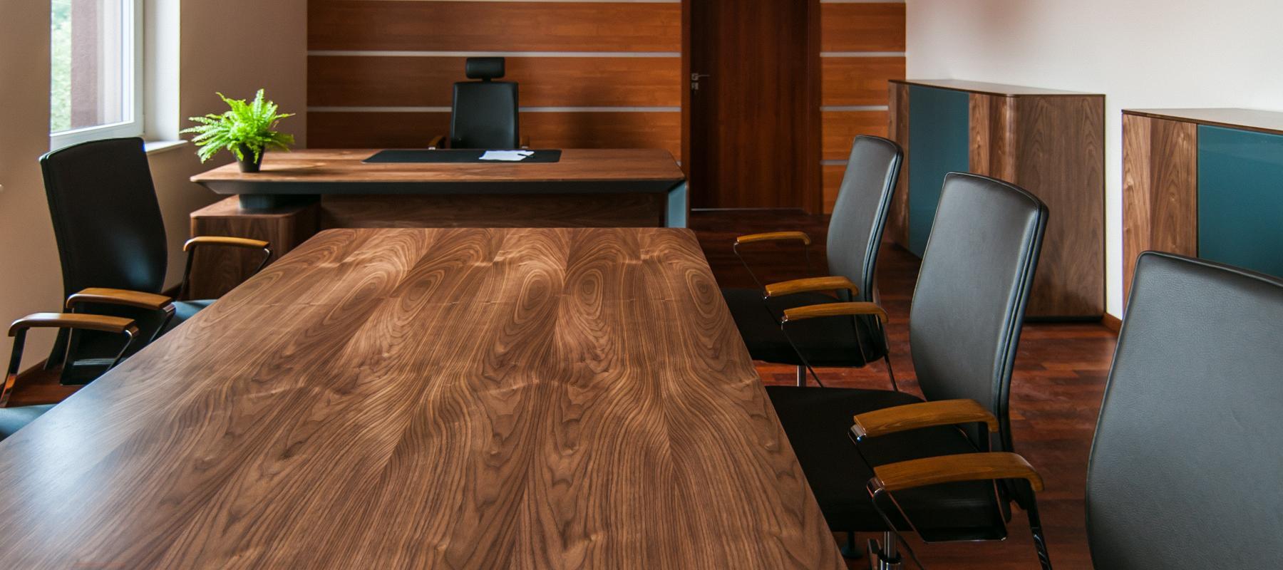 Aranżacja biura z modnymi drewnianymi meblami
