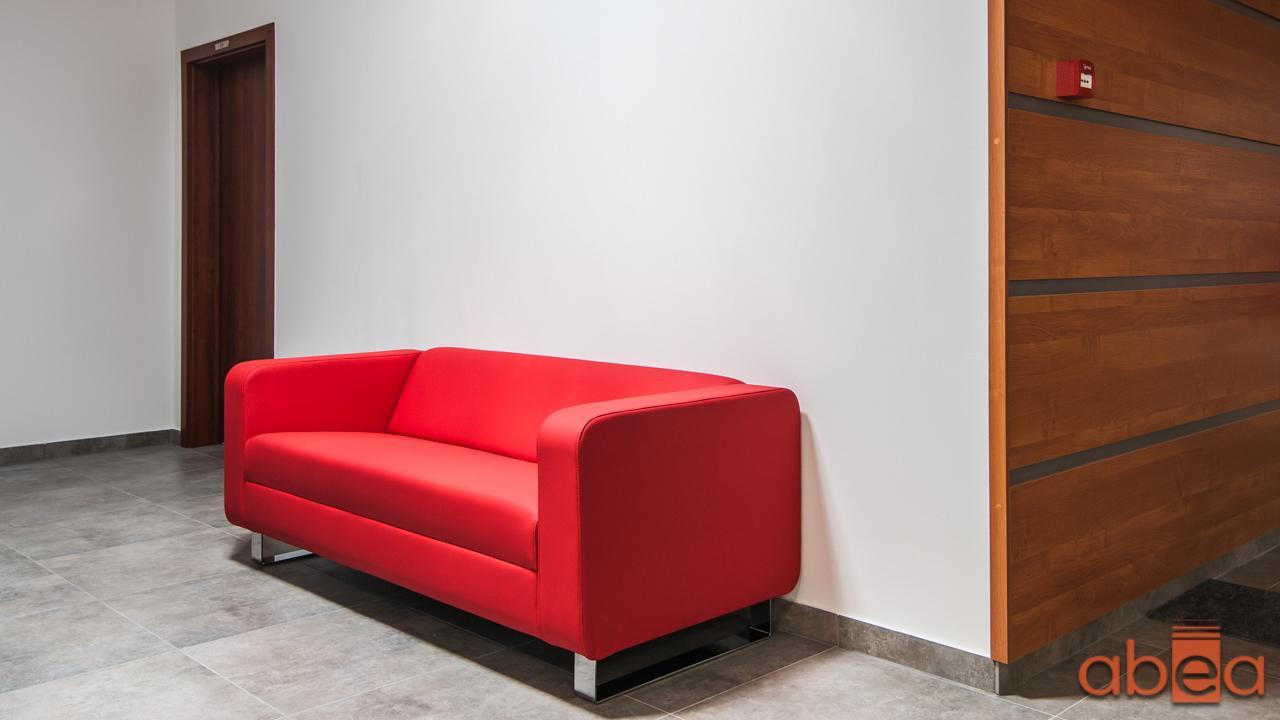 Poczekalnia z czerwoną sofą