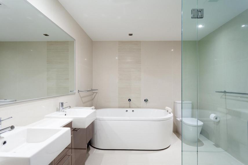 Aranżacja łazienki z jasnymi płytkami
