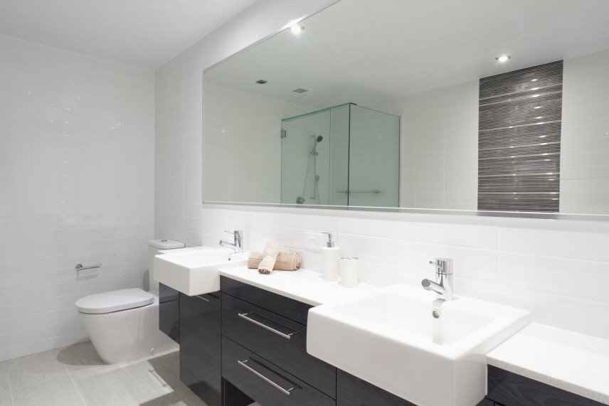 Aranżacja łazienki z dużym lustrem