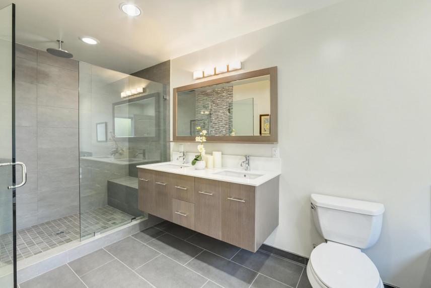 Aranżacja łazienki z wiszącą szafką
