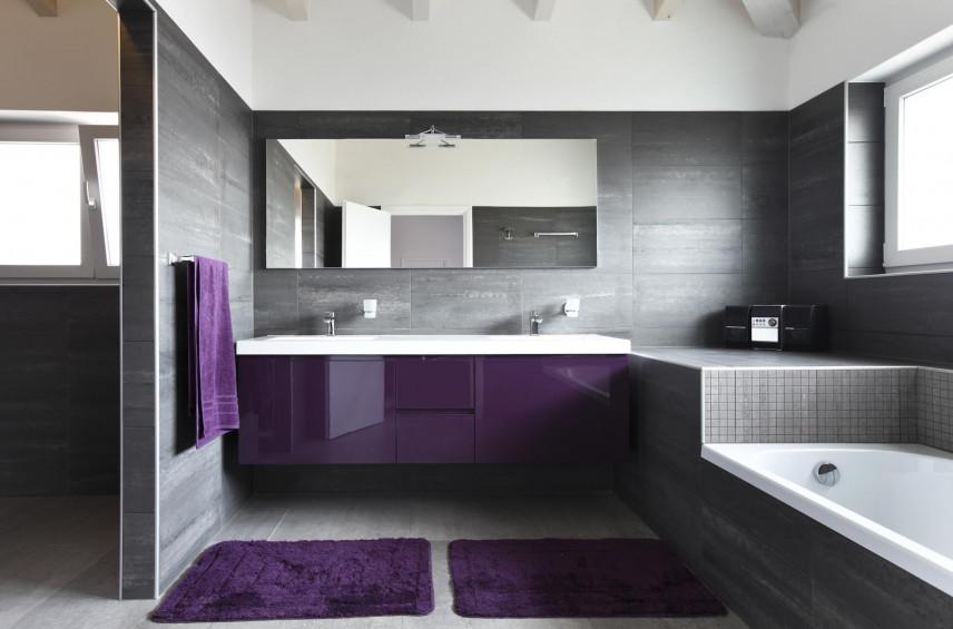 Aranżacja łazienki z fioletową szafką