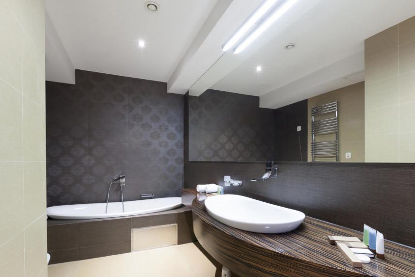 Aranżacja łazienki z matowymi płytkami