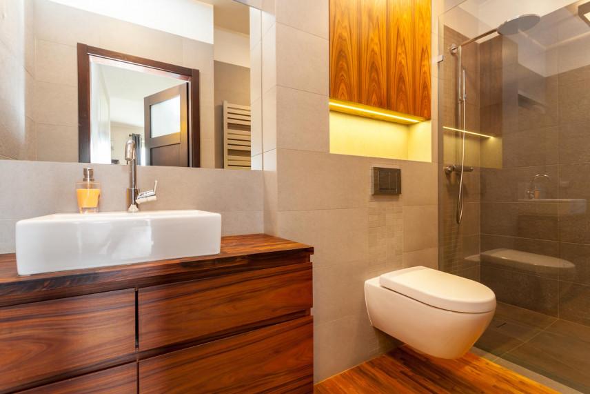Aranżacja łazienki z podwieszaną brązową szafką