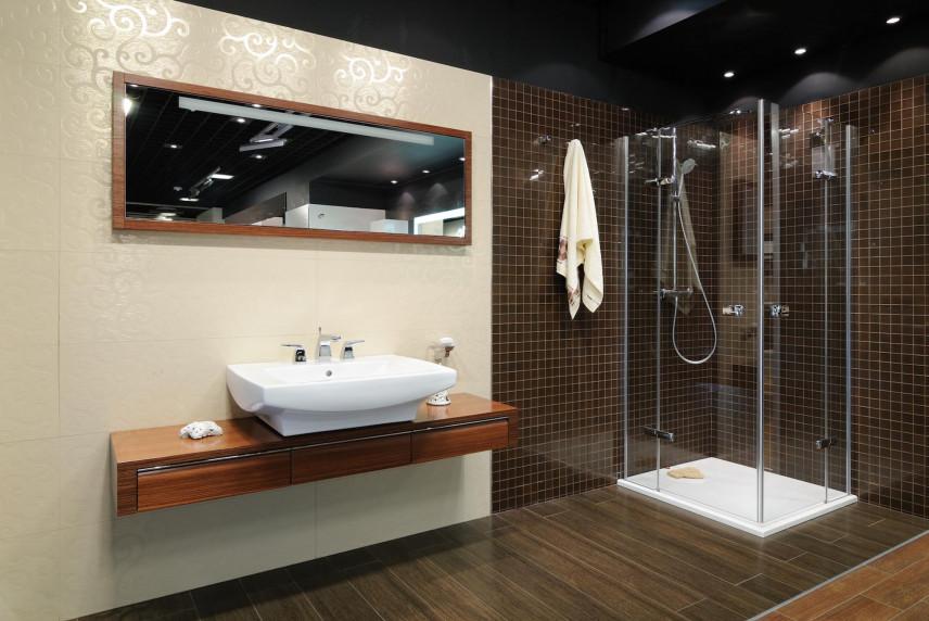 Aranżacja łazienki z czarno-białymi płytkami