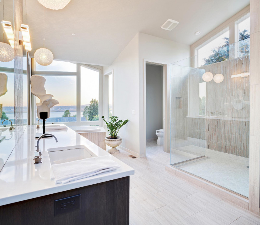 Aranżacja dużej łazienki z marmurowym blatem