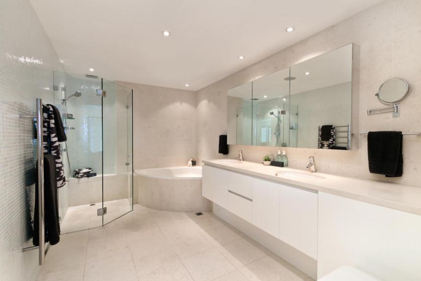 Aranżacja łazienki z prysznicem narożnym