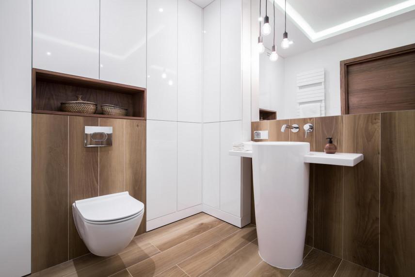 Aranżacja małej łazienki ze stylowym oświetleniem