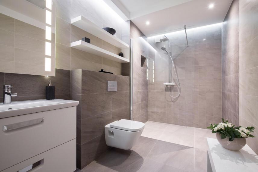 Projekt łazienki z białymi półkami