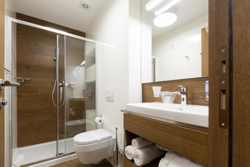 Aranżacja łazienki z muszlą wiszącą