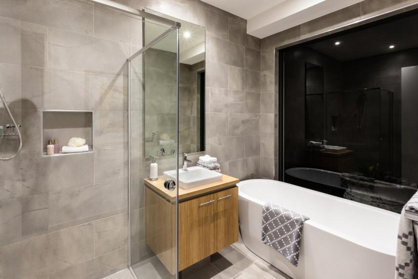 Aranżacja łazienki z czarną ścianą w połysku