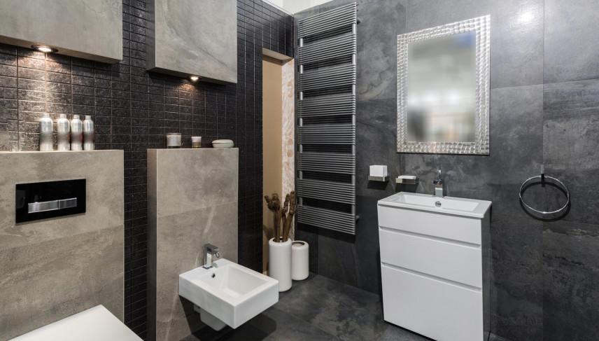 Projekt łazienki z szaro-beżowymi płytkami