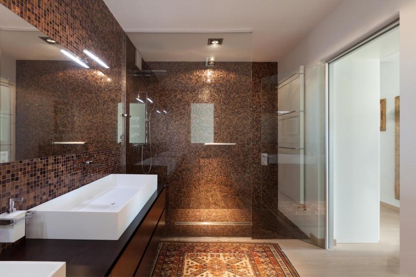 Aranżacja łazienki z brązową mozaiką na ścianie