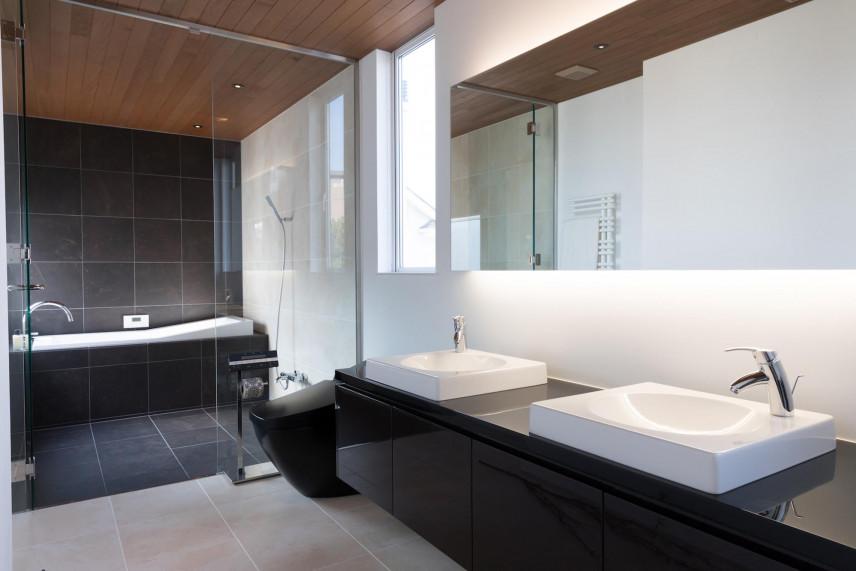 Projekt łazienki z dwoma zlewami nablatowymi