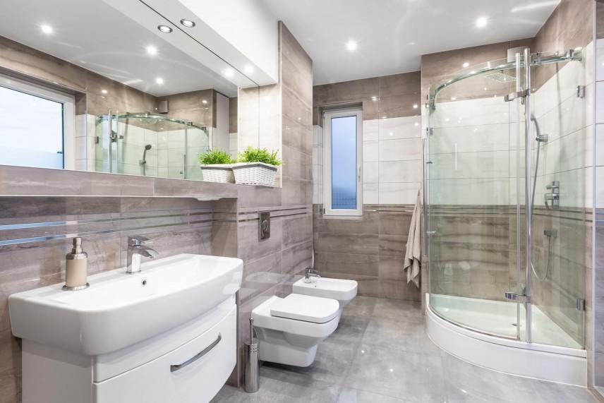 Projekt łazienki z beżowymi płytkami z poziomymi pasami