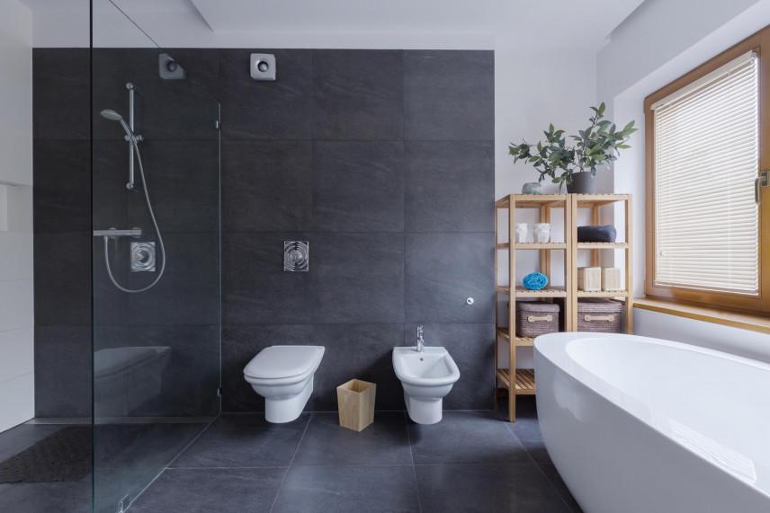 Projekt przestrzennej łazienki z dużym oknem