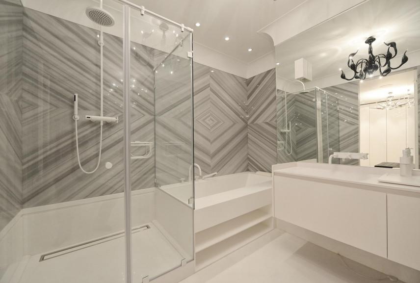 Projekt łazienki z dużymi, beżowymi płytkami