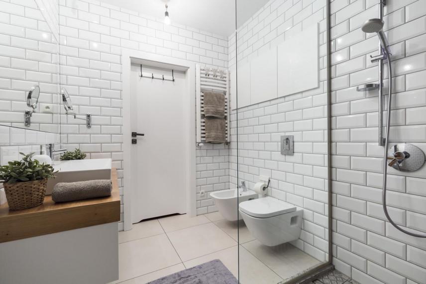 Projekt łazienki z białą płytka z cegły
