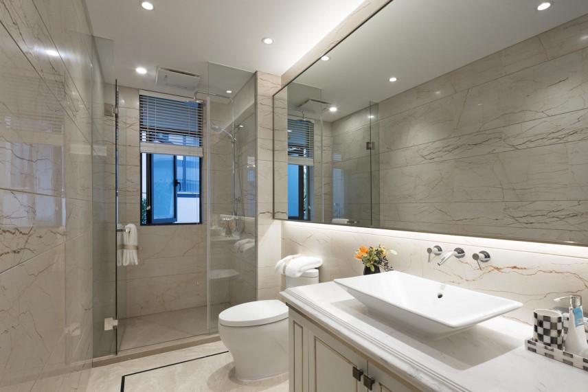 Projekt łazienki z prysznicem i dużym, prostokątnym lustrem