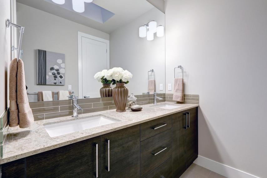 Projekt łazienki w wielkim, podświetlanym lustrem