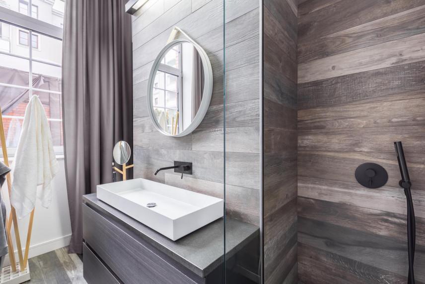 Nowoczesna łazienka z płytkami z imitacja drewna