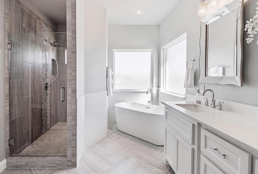 Łazienka z jasna podłogą